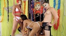 Suruba com travestis no carnaval