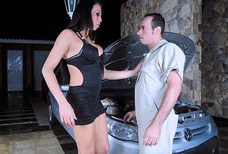 Travesti Alana fez garganta profunda com namorado