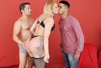 Marido apimentando a relação convidando amigo para comer esposa transex