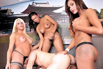 Suruba com Três Travestis comendo passivo