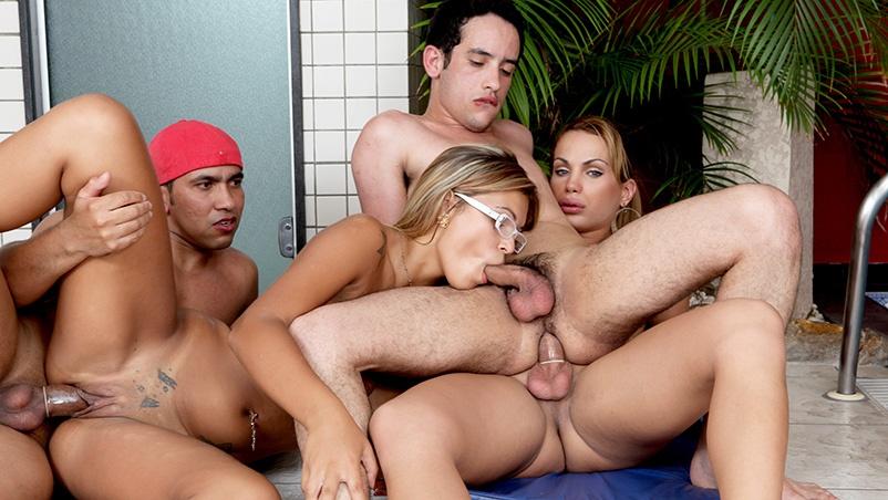 Orgia na beira da piscina com travesti e mulher