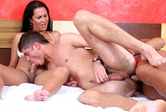 Trio se pegando em uma orgia no motel