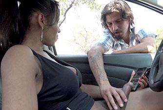 Travesti fudeu rapaz que flagrou ela batendo punheta no carro